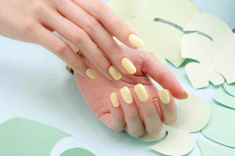 Manicure pastello sul giallo