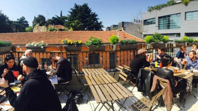 La terrazza di East Market Diner a Milano