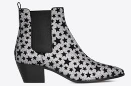 Una serie di modelli di ankle boots