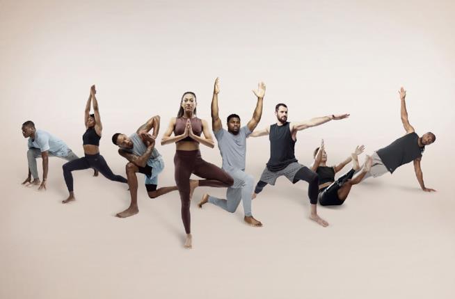 Atleti che presentano la collezione di Yoga 2019 di Nike