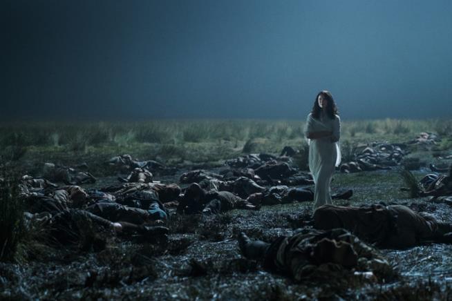 Claire cammina tra i cadaveri sul campo di battaglia