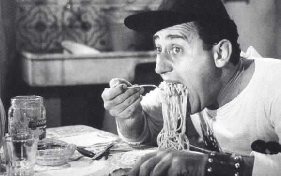 Alberto Sordi mangia gli spaghetti in Un americano a Roma