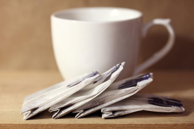 Tazza con bustine di tè su un tavolo