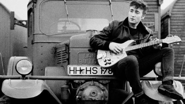 Una foto che ritrae John Lennon, dalla mostra Astrid Kirchherr With The Beatles