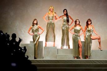 Claudia Schiffer, Carla Bruni, Cindy Crawford, Naomi Campbell e Helena Christensen da Versace
