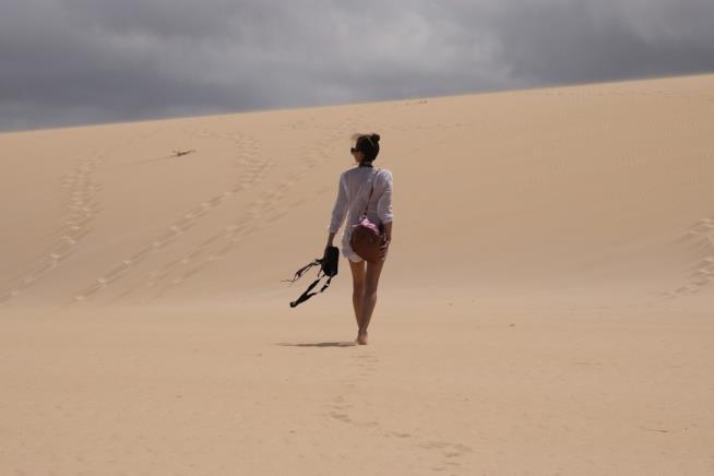 ragazza magra nel deserto