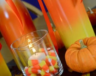 Candele e bottiglie di Halloween posizionate su un tavolo