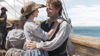 Caitriona Balfe e Sam Heughan in una scena di Outlander