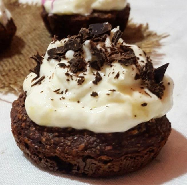 Piccolo tortino con crema bianca e pezzetti di cioccolato