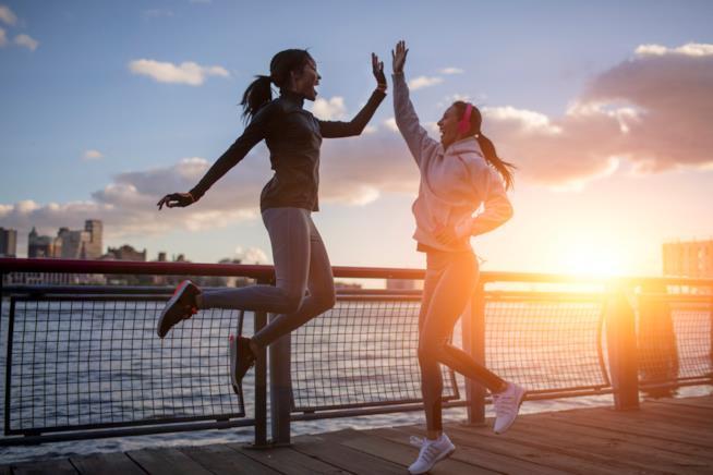 Due donne si danno i cinque a fine allenamento