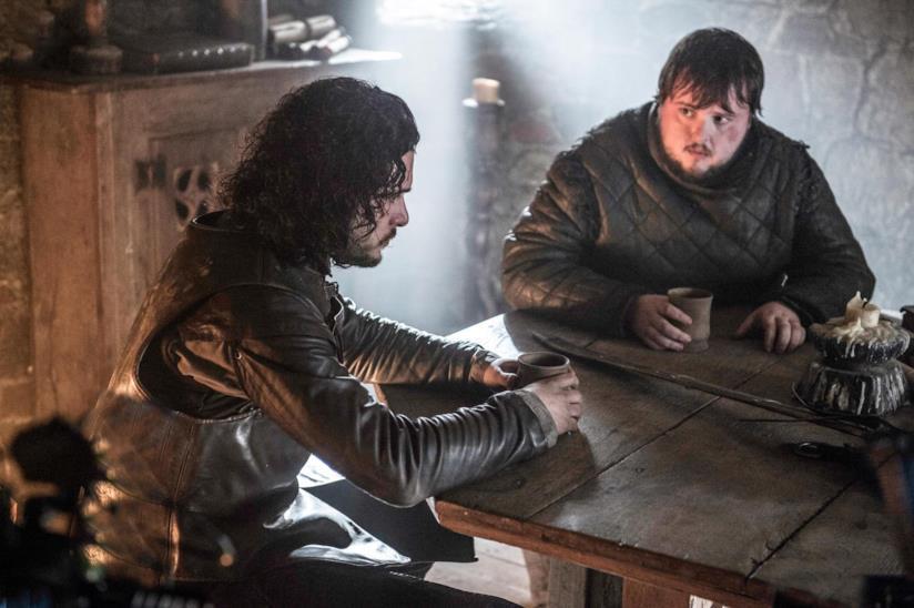 Jon Snow seduto a un tacolo
