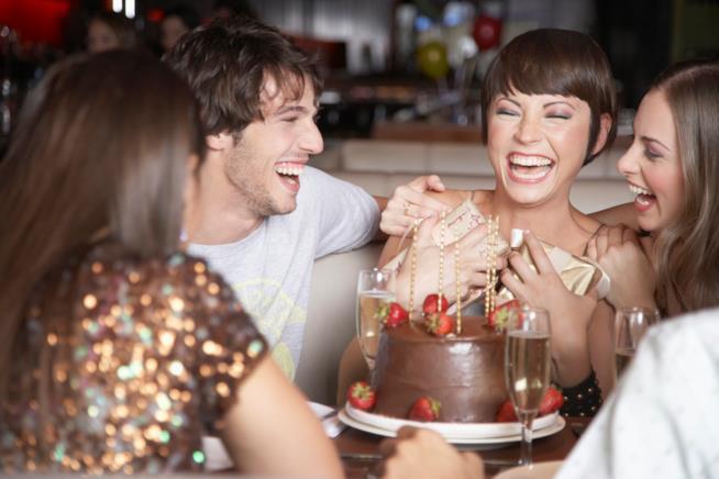 Gruppo di amici festeggia il compleanno
