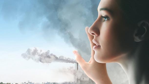 Una modella di fronte a una città inquinata