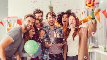 Gruppo di ragazzi festeggia il compleanno