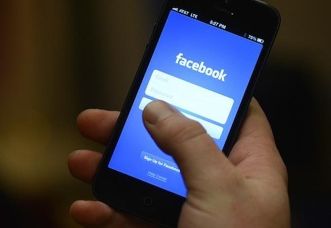 Uno smartphone utilizzato per accedere all'app di Facebook