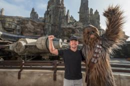 L'attore Matt damon in posa presso l'area Star Wars: Galaxy's Edge di Disney World