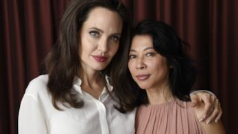 L'attrice e regista Angelina Jolie con la scrittrice Loung Ung.