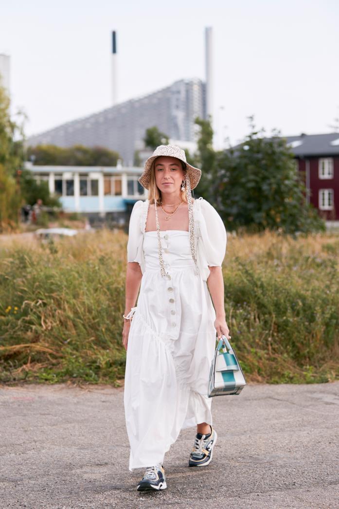 Outfit composto da cappello di paglia dallo Street Style di Copenhagen 2019