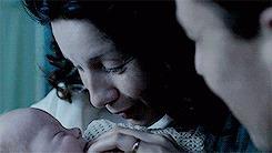 Claire bacia la figlia