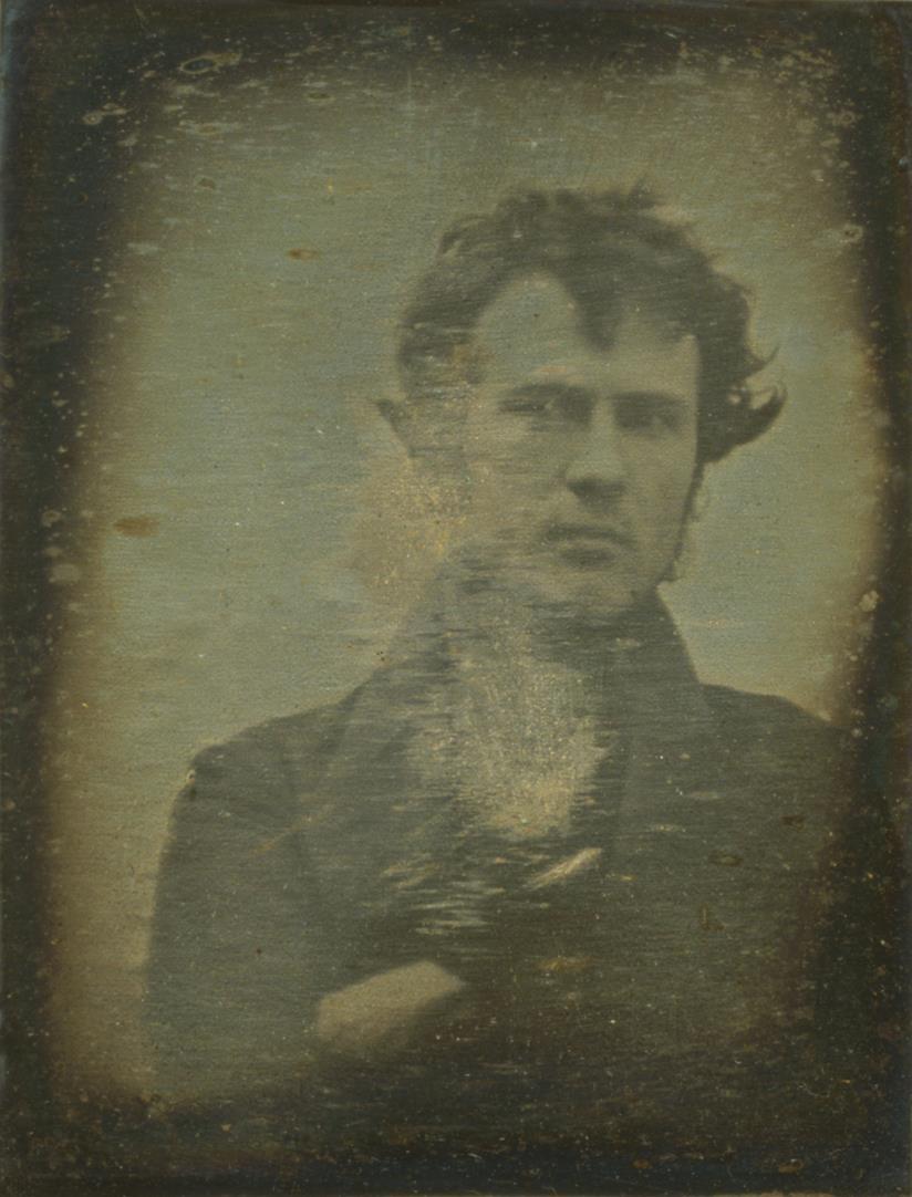 Robert Cornelius nel 1839 realizzò il primo autoritratto con la tecnica del dagherrotipo