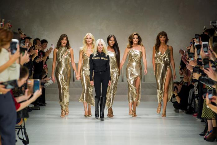 Donatella Versace con le super top model anni '90