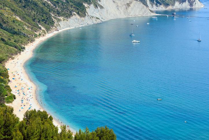 La lunga striscia di sabbia bianca della spiaggia Mezzavalle
