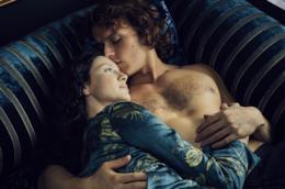 Caitriona Balfe e Sam Heughan in una scenda di Outlander 2