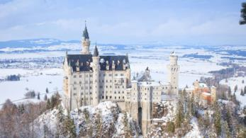 Il castello di Neuschwanstein con la neve in Germania