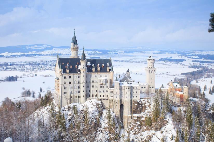 Il castello di Neuschwanstein con la neve in Germania