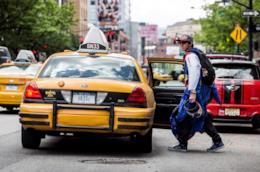 Una persona che prende il taxi.