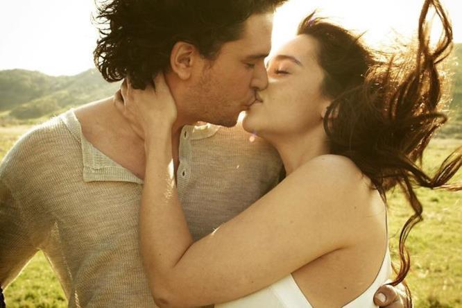 Kit ed Emilia si baciano
