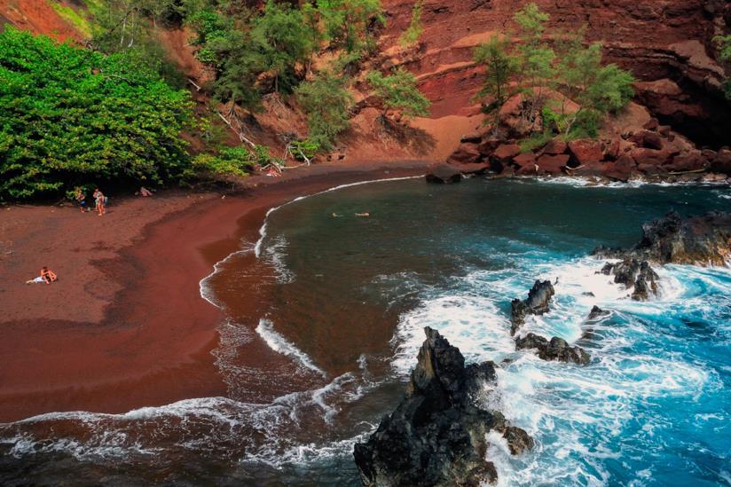 Kaihalulu Beach, la spiaggia rossa hawaiana creata da sedimenti di ferro di origine vulcanica