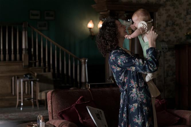 Claire stringe sua figlia in braccio
