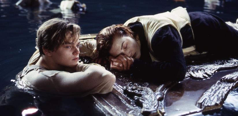 L'immagine tratta da Titanic: Jack cede a Rose l'asse di legno e la salva