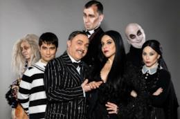 Il cast del musical de La Famiglia Addams (foto di Luca Vantusso)