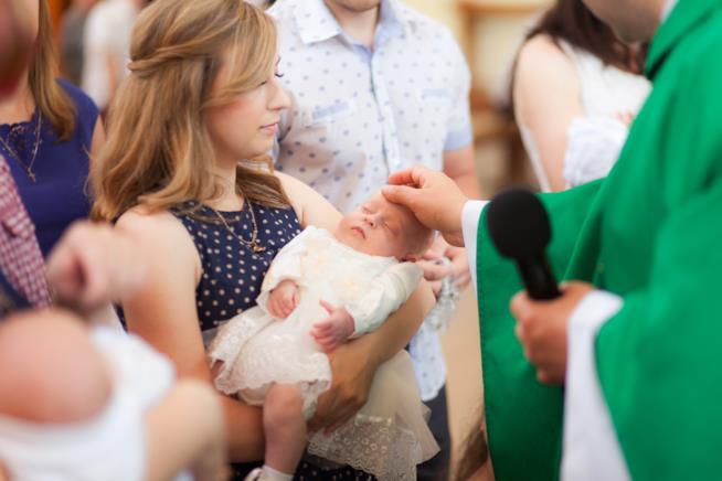 Mamma e bebè al battesimo