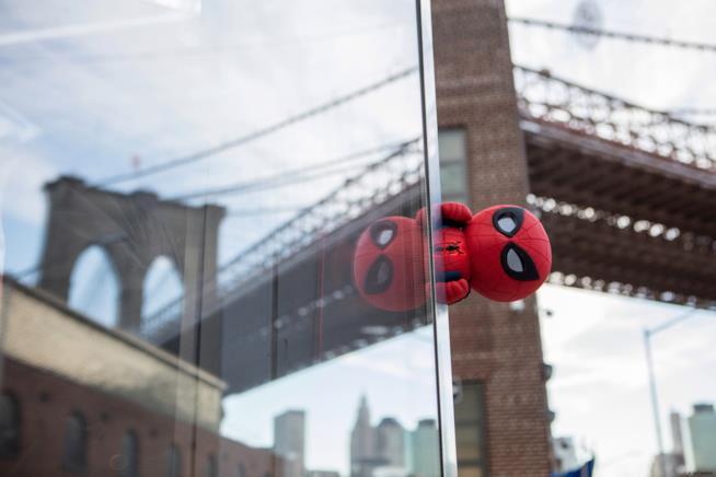 Il giocattolo Spider-Man interattivo di Sphero fotografato in giro per New York