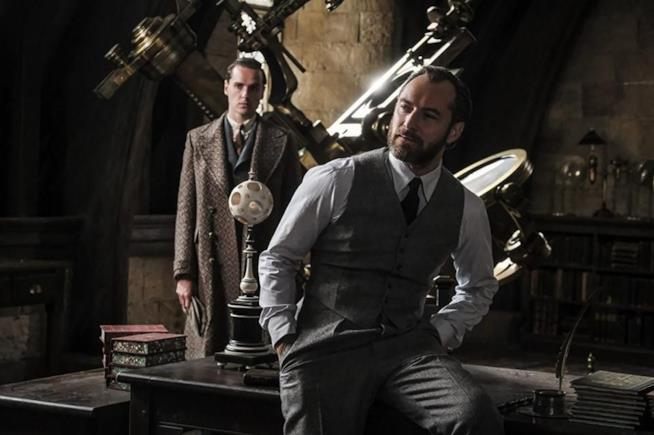 Una scena di Animali Fantastici: I Crimini di Grindelwald con Jude Law nei panni di Silente