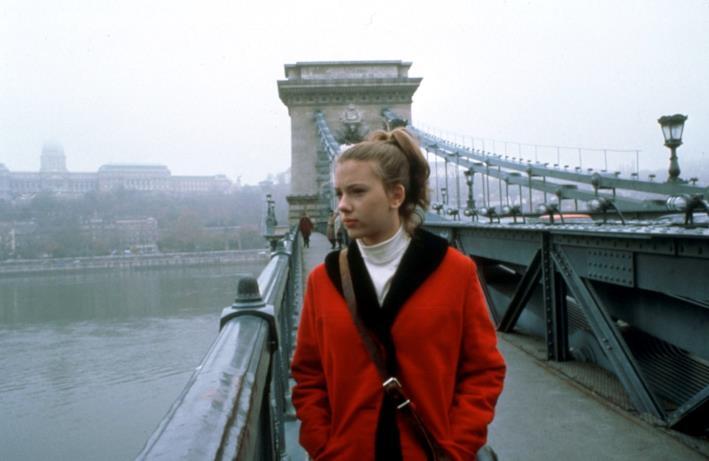 Scarlett Johansson su un ponte a 20 anni