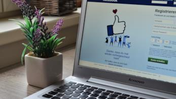 Computer con la schermata di accesso di Facebook