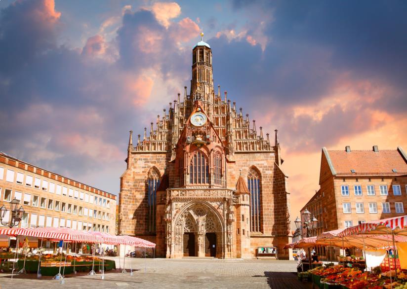 Nel cuore del centro storico di Norimberga: l'Hauptmarkt, con la sua Frauenkirche
