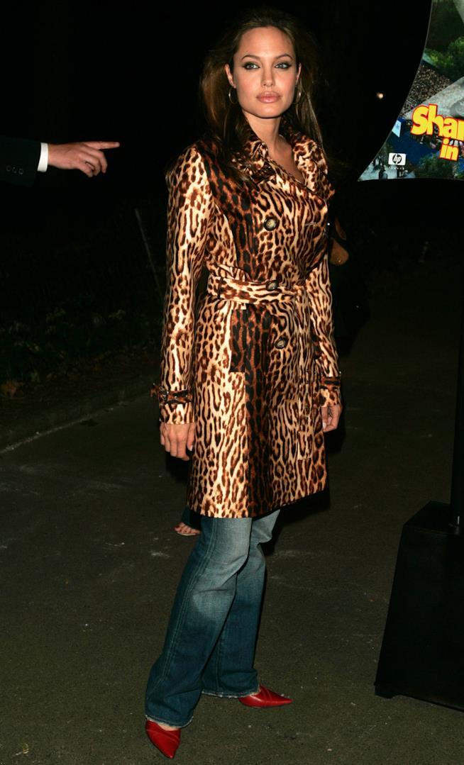 2004 Angelina Jolie con soprabito leopardato