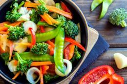 Pentola con verdure miste da cuocere
