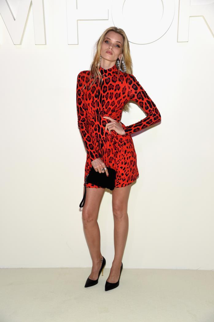 Abbey Lee Kershaw veste un abito corto con stampa animalier rosso e nero di Tom Ford