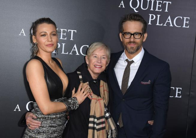 Blake Lively e Ryan Reynolds con la madre di lui
