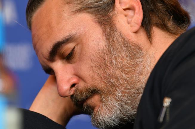 Joaquin Phoenix sonnecchia a Berlino