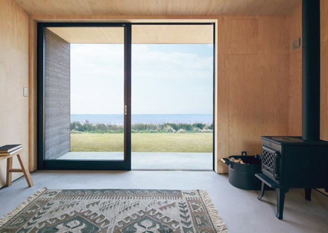 L'interno della Muji Hut, aperto verso l'esterno grazie a un'ampia vetrata scorrevole
