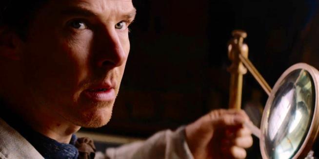 Benedict Cumberbatch con la lente d'ingrandimento