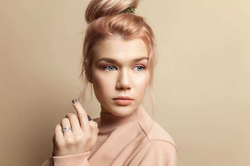 Una modella con capelli color pesca