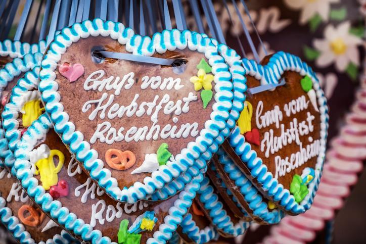 Cuori in panpepato in vendita alla Herbstfest di Rosenheim.